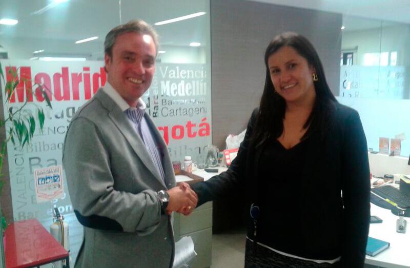 Jesús Mateo, socio director de MMYA Abogados saluda en Bogotá Adriana Ayala de la Cámara de Comercio Hispano Colombiana